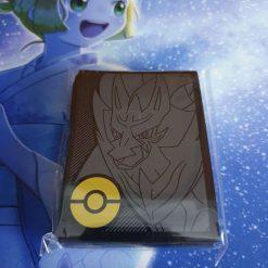 Pokemon Top Trainer Box Plus Zamazenta Card Hüllen (64 Stück)
